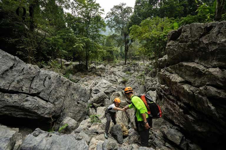 Để đến được Hang tiên, du khách cần trekking qua 17km đường rừng; 800m leo dốc cùng 90m leo dây mạo hiểm