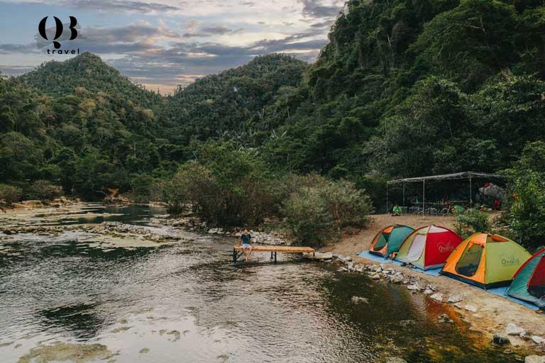 Nên đi du lịch Hang Tiên vào mùa khô khoảng từ tháng 4 đến tháng 8 khi thời tiết ổn định và mực nước trên các con sông suối đều giảm