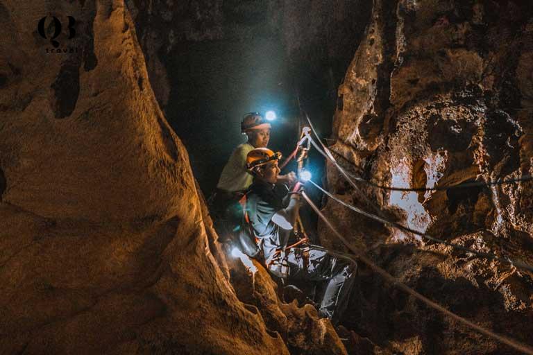 Địa hình Hang Tiên vô cùng hiểm trở với những vách núi dựng đứng và mỏm đá gồ ghề