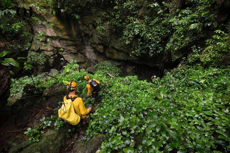 Du khách trải nghiệm trekking vượt dốc, băng rừng để đến Hang Va