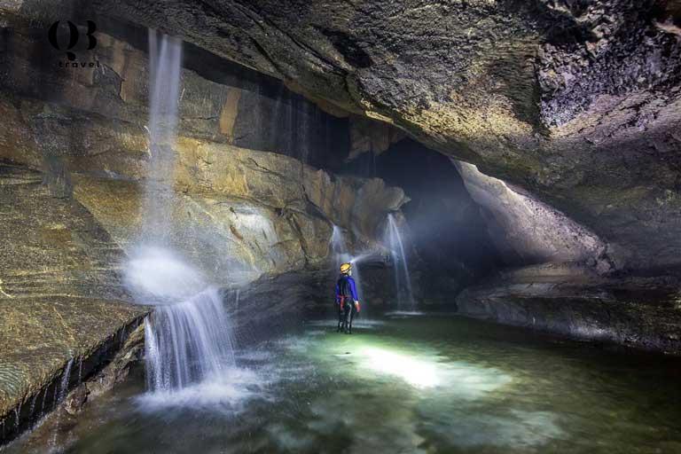 Du khách trải nghiệm vượt sông ngầm để vào trong khám phá Hang Va
