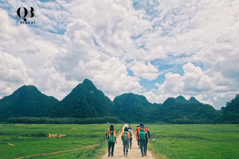 Hệ thống hang động Tú Làn nằm cách thành phố Đồng Hới 112km và cách Phong Nha Kẻ Bàng 70km về phía Tây Bắc