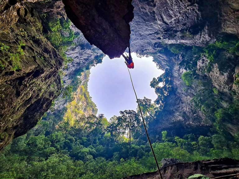 Độ sâu của hố sụt Kong theo ước tính từ miệng cao nhất đến đáy là 450m