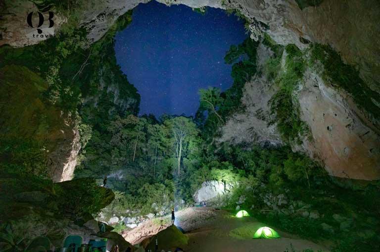 Trải nghiệm cắm trại của du khách trong lòng hố sụt Kong