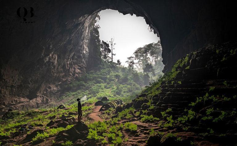 Hang Pygmy rộng lớn với vách núi cao dựng đứng và khối đá lớn chồng lên nhau