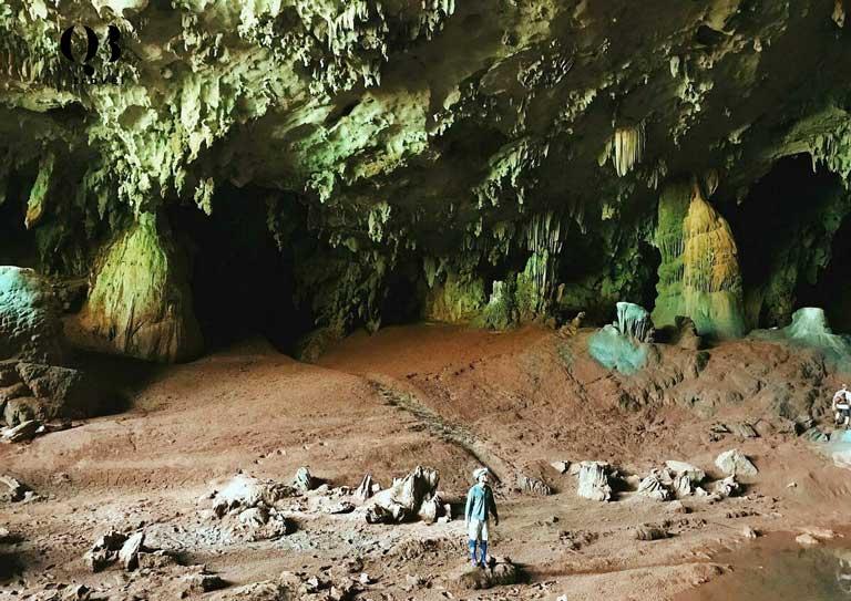 Thạch nhũ, măng đá mọc lởm chởm trên trần và thành Hang Hổ