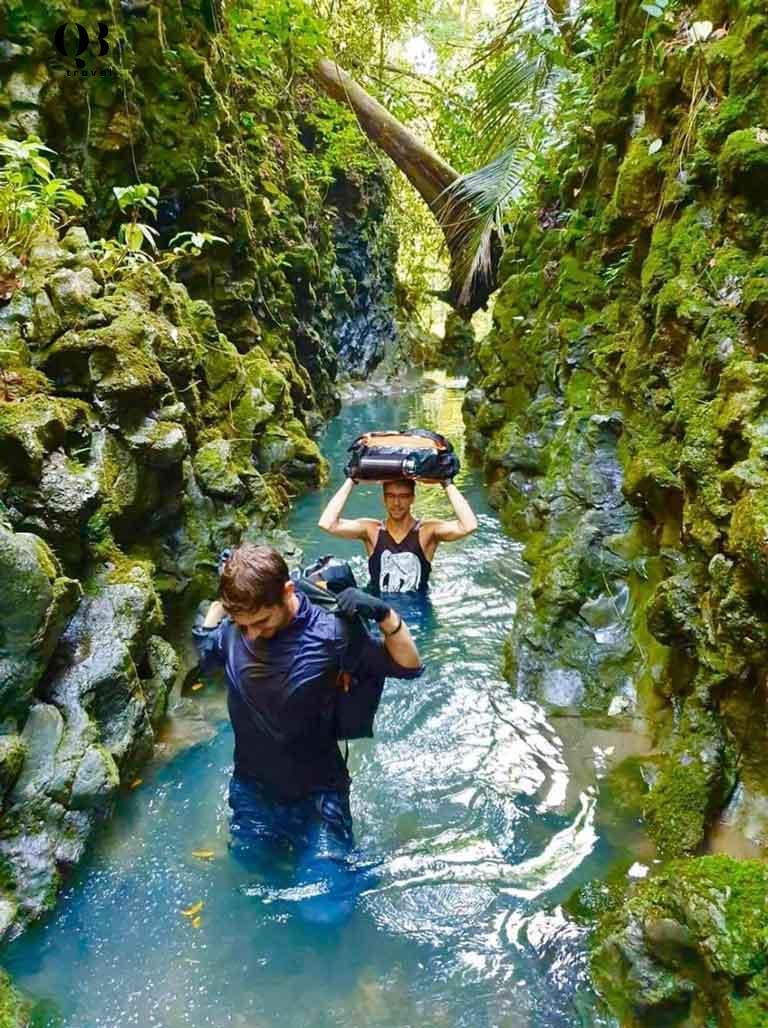 Du khách lội qua sông ngầm ở Hang Hổ