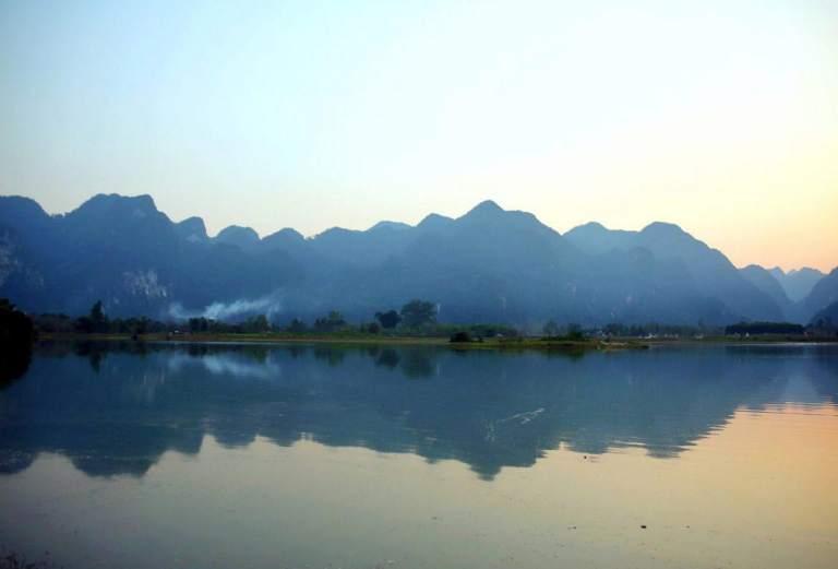 Nước hồ tĩnh lặng và mờ ảo