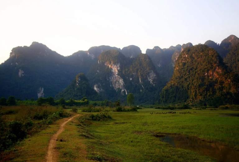 Con đường mòn dẫn vào Hồ Yên Phú