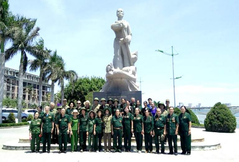 Hội cựu TNXP thăm lại tượng đài Mẹ Suốt