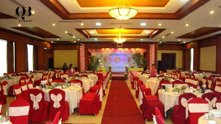 Hội trường được trang trí theo concept tiệc cưới