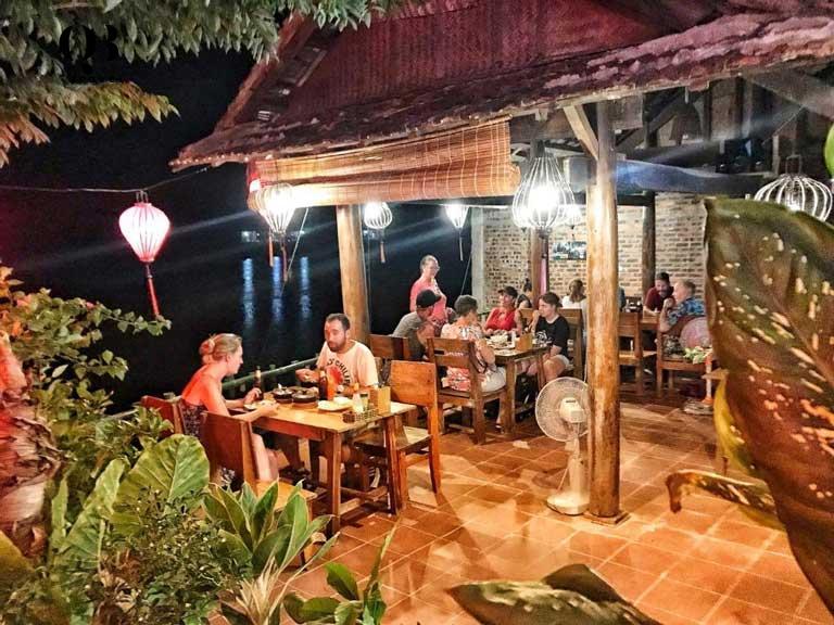 Khuôn viên nhà hàng riêng, rộng rãi tại Phong Nha Coco House
