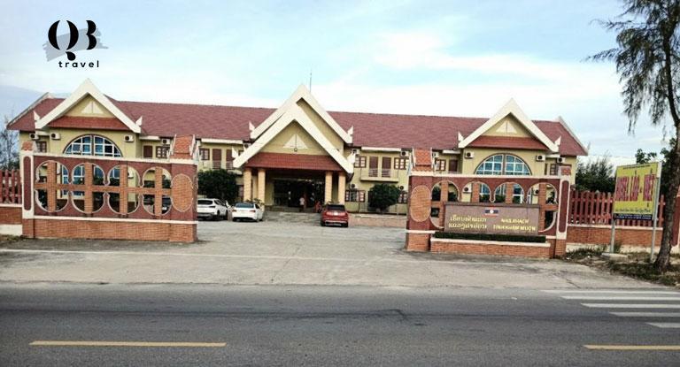 Khách sạn Việt Lào nằm ngay đường Trương Pháp chạy dọc bãi biển Nhật Lệ