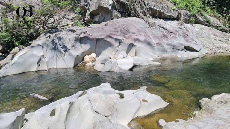 Dòng nước trong xanh ở Khe Nước Trong