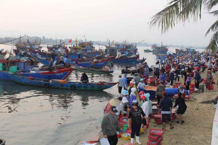 Thuyền đánh cá đi biển về tập kết ngay cạnh chợ Đồng Hới