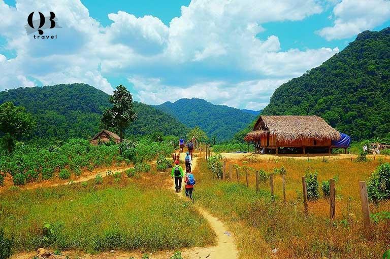 Men theo dòng sông Rào Thương êm đềm quyến rũ, du khách sẽ đến với Bản Đoòng - nơi sinh sống của những người Bru - Vân Kiều