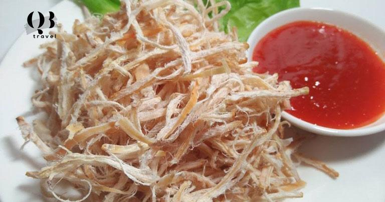 Mực khô nướng rất được khách du lịch ưa chuộng vì hương vị mực Quảng Bình, ngọt thanh và dai