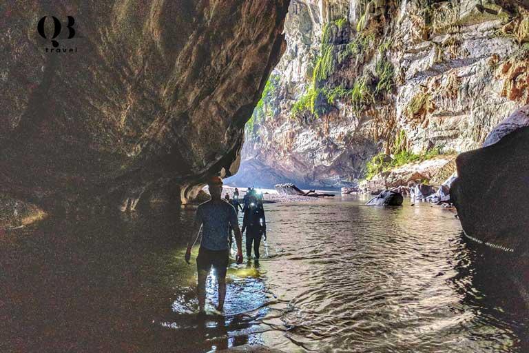 Nên đi du lịch Hang Én vào thời gian từ giữa tháng 3 đến cuối tháng 7 trước khi nước sông Rào Thương dâng cao cản trở việc khám phá