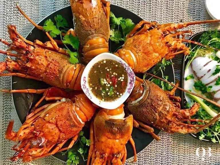 Tại nhà hàng Hải Yến đặc biệt chế biến tôm hùm theo đa dạng công thức mà du khách nên nếm thử một lần trong đời