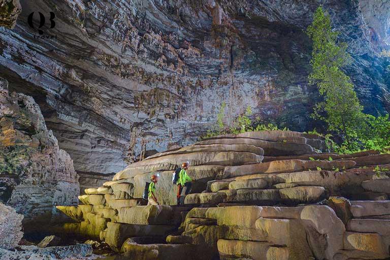 Hang Tiên thuộc quần thể hang động Tú Làn, sở hữu vẻ đẹp nguyên sơ với thạch nhũ hình ruộng bậc thang vô cùng đặc sắc