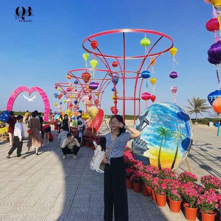 Quảng trường Bảo Ninh được trang trí rực rỡ, xinh lung linh