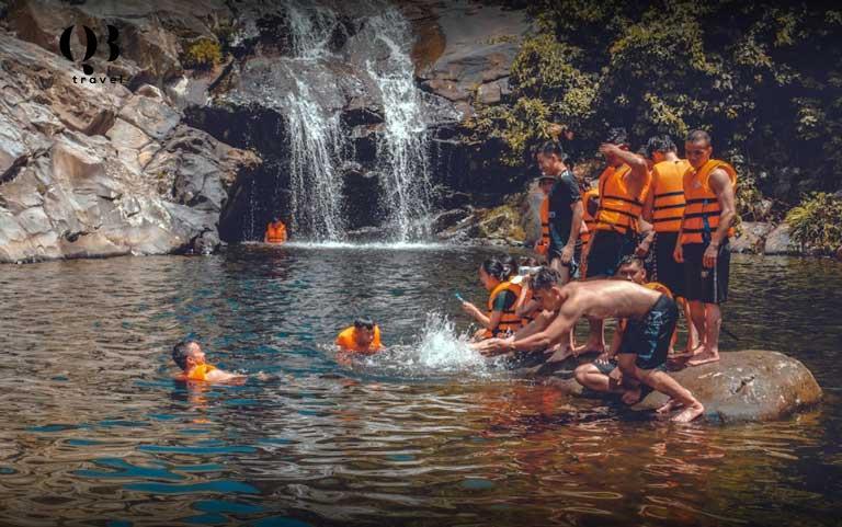 Trải nghiệm tắm suối tại Thác Tam Cấp