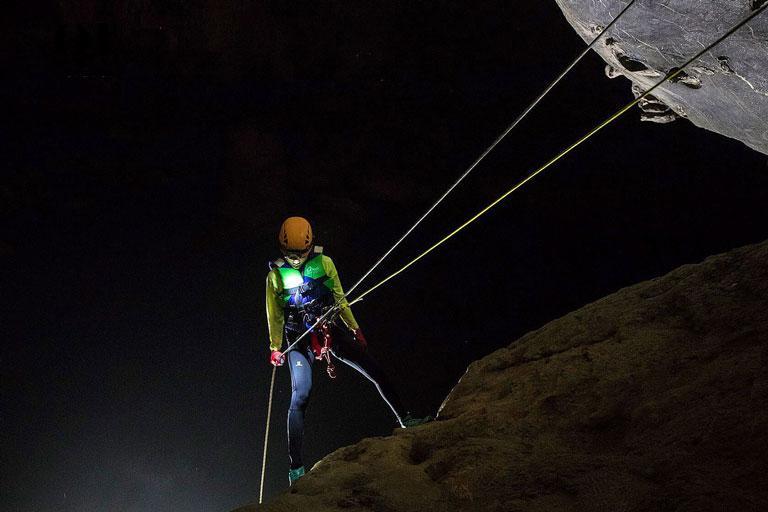 Trải nghiệm đu dây abseiling mạo hiểm trong tour Tú Làn 4 ngày 3 đêm