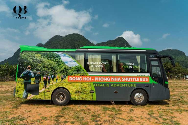 Xe shuttle bus miễn phí của Oxalis đón du khách đến văn phòng Oxalis tại Phong Nha