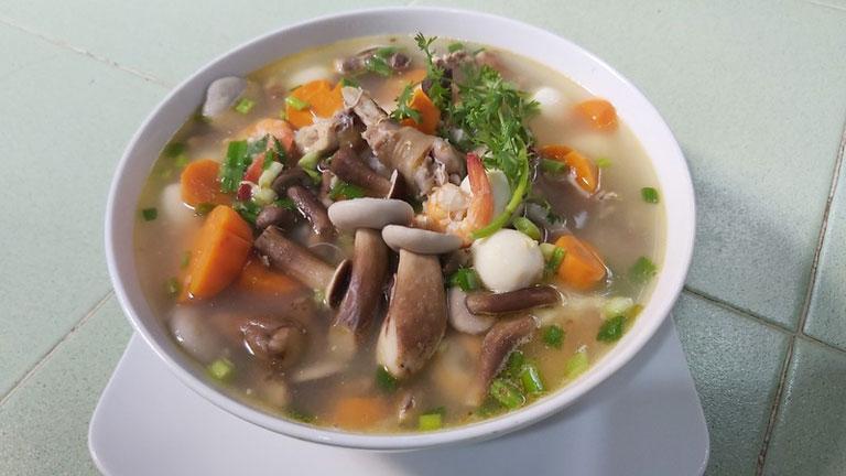 Canh nấm tràm là một món ăn thơm ngon bổ dưỡng
