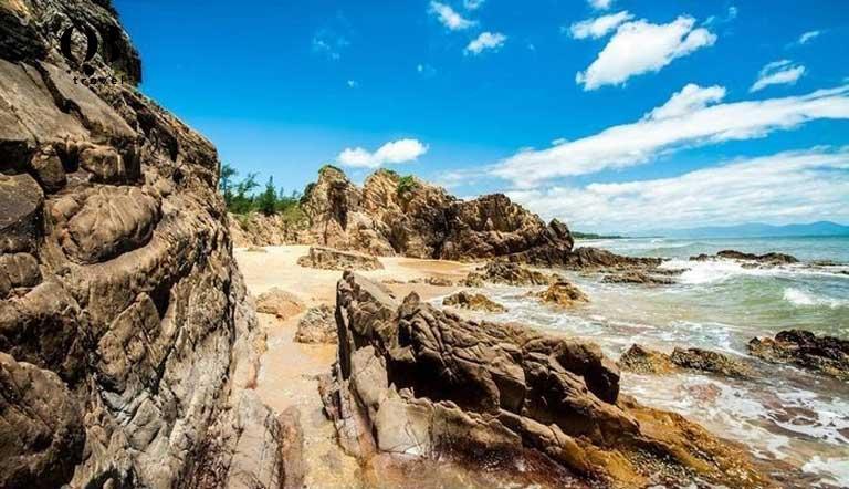 Những khối đá lô nhô vươn ra biển cả