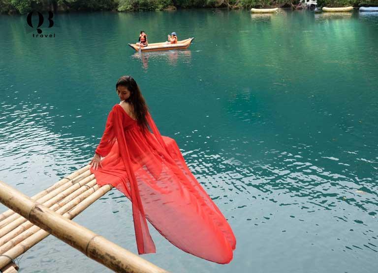 Du khách lưu giữ những khoảnh khắc đẹp tại suối nước Moọoc