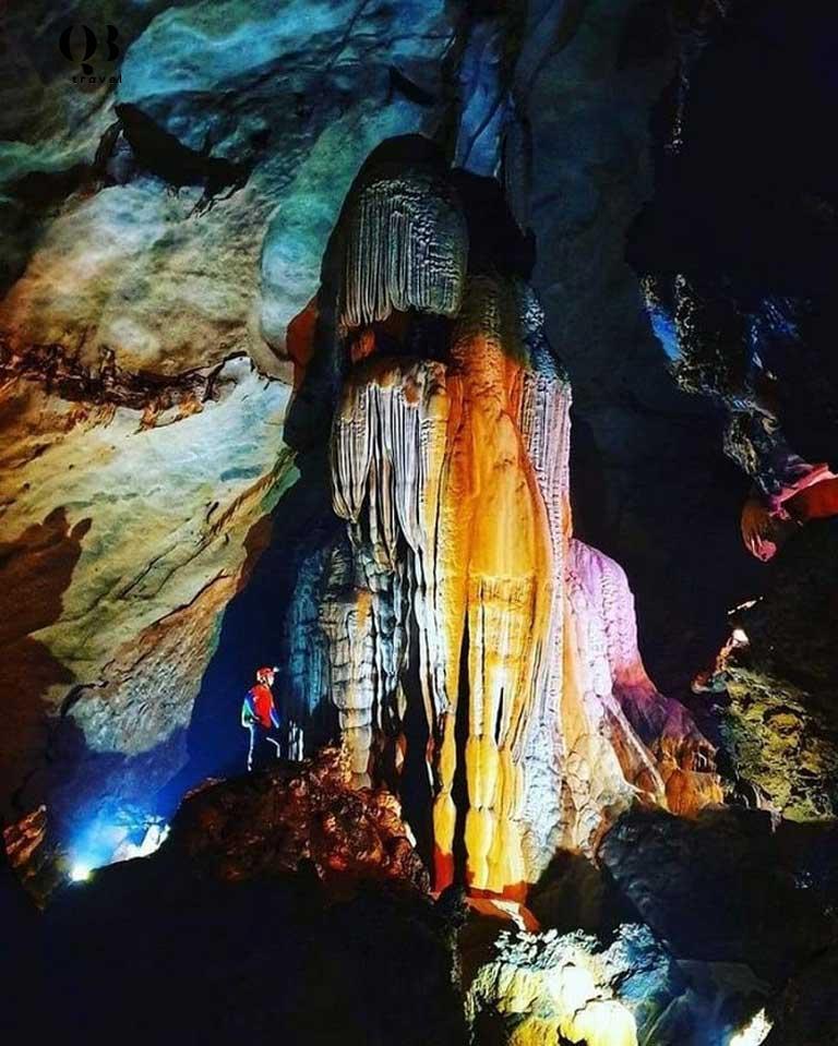 Hang Chà Lòi là hệ thống hang động với vẻ đẹp kì ảo không kém cạnh