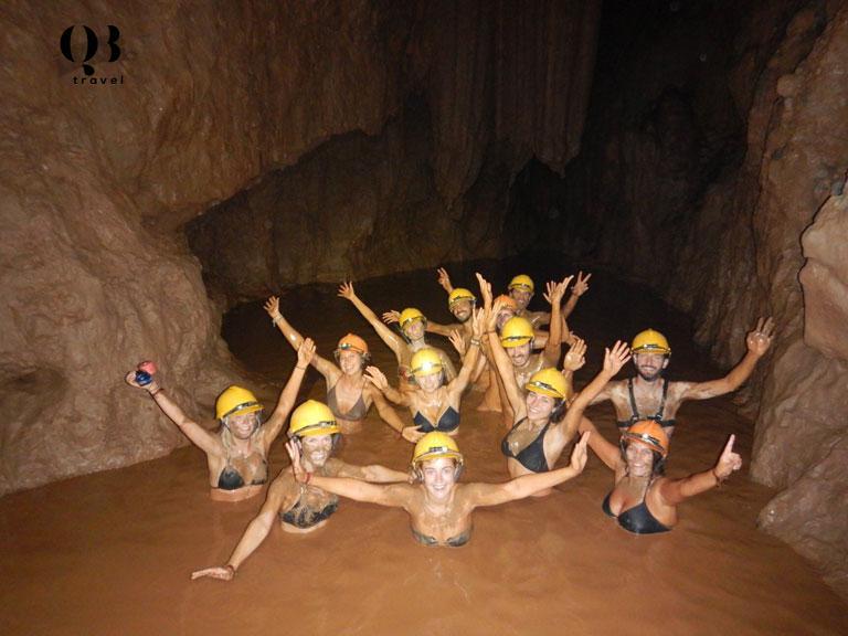 Du khách tắm lớp bùn nhiều dưỡng chất trong Hang Tối