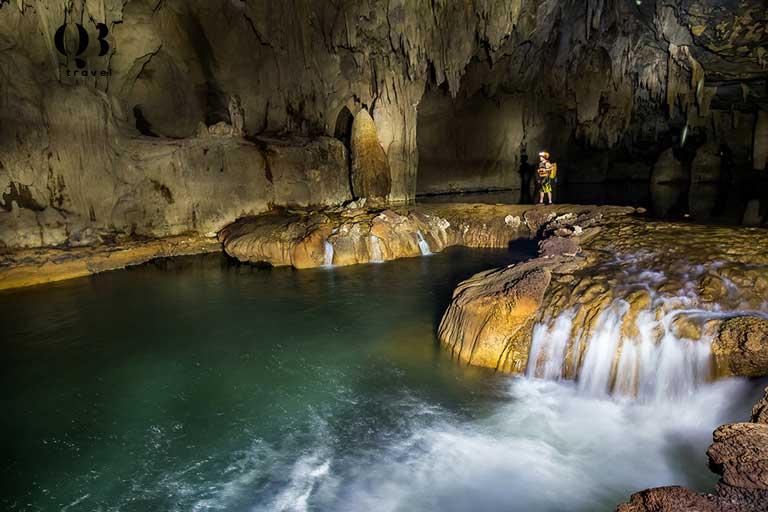 Bên trong hang động có vẻ đẹp tuyệt vời của dòng nước, phiến đá,... đẹp ấn tượng