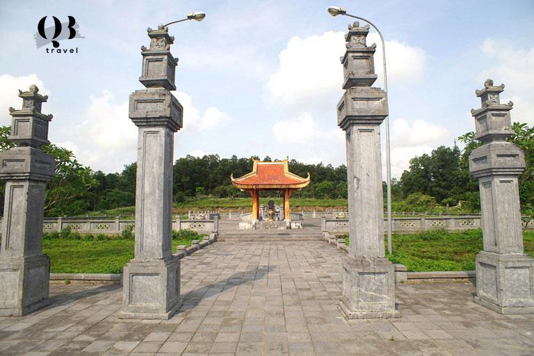 Cổng vào mộ Nguyễn Hữu Cảnh