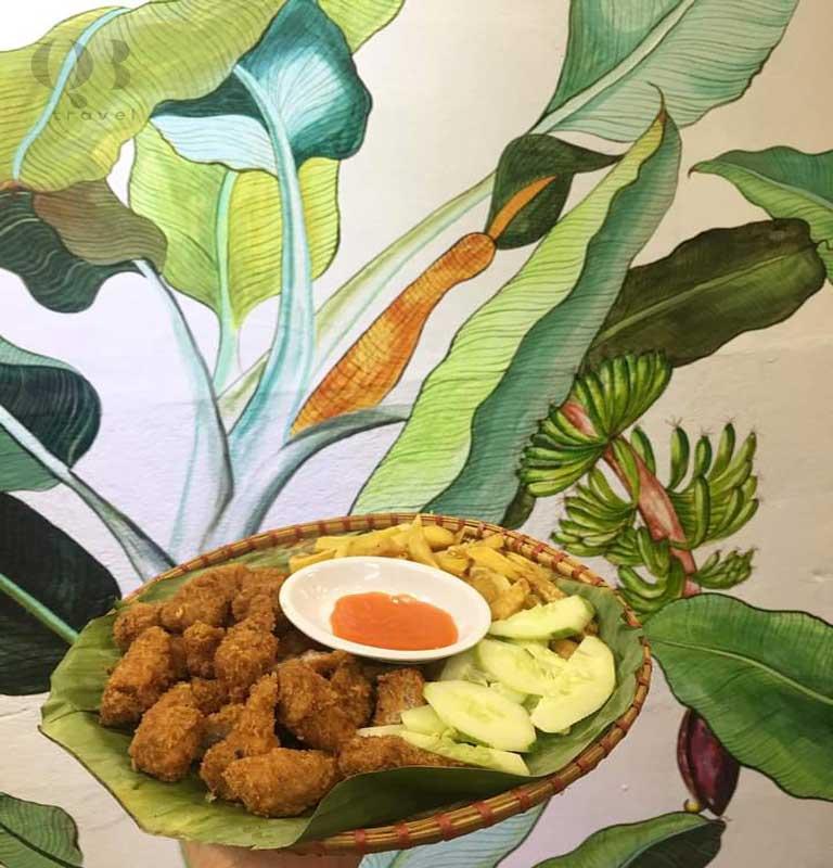 Tại Mẹt Quán còn có nhiều đồ ăn vặt và không gian quán mang nét những nét Việt Nam
