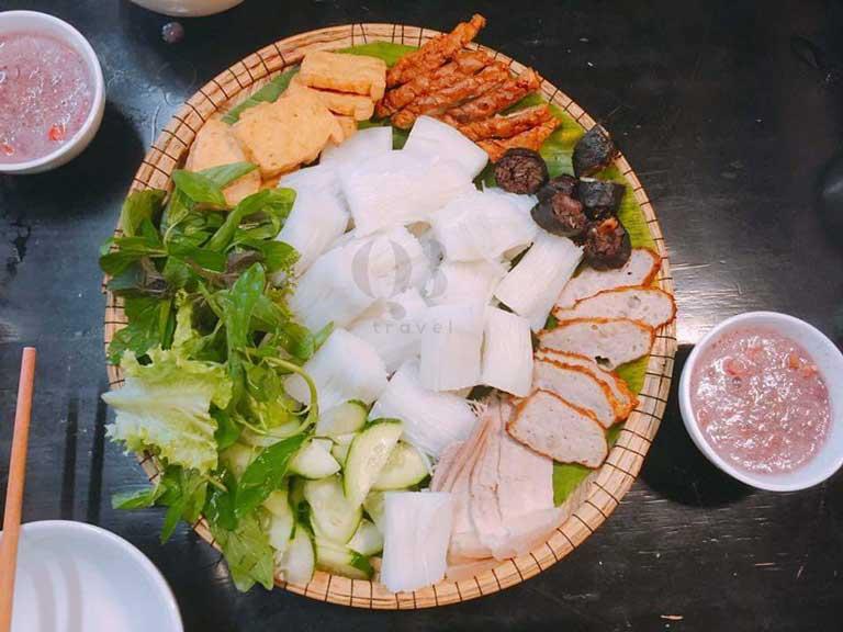 Mẹt bún đậu và chén mắm tôm pha chế cực vừa miệng tại Mộc Food