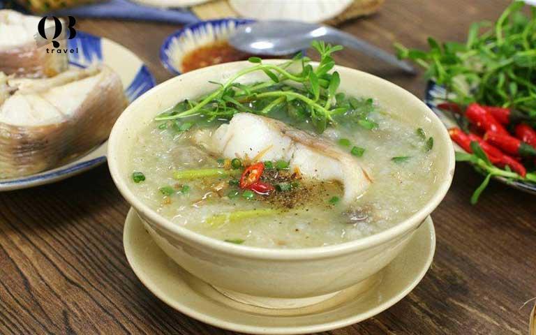 Đặc sản cháo canh cá lóc để ăn đêm ở Đồng Hới không thể bỏ lỡ.