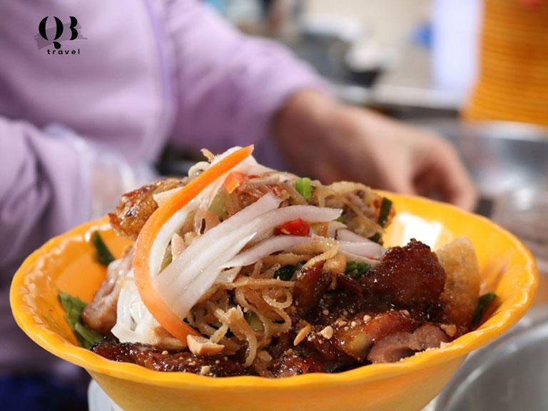 Đến Quảng Bình không thể bỏ qua bún thịt nướng.
