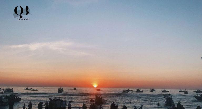 Bãi biển Nhân Trạch buổi sáng sớm