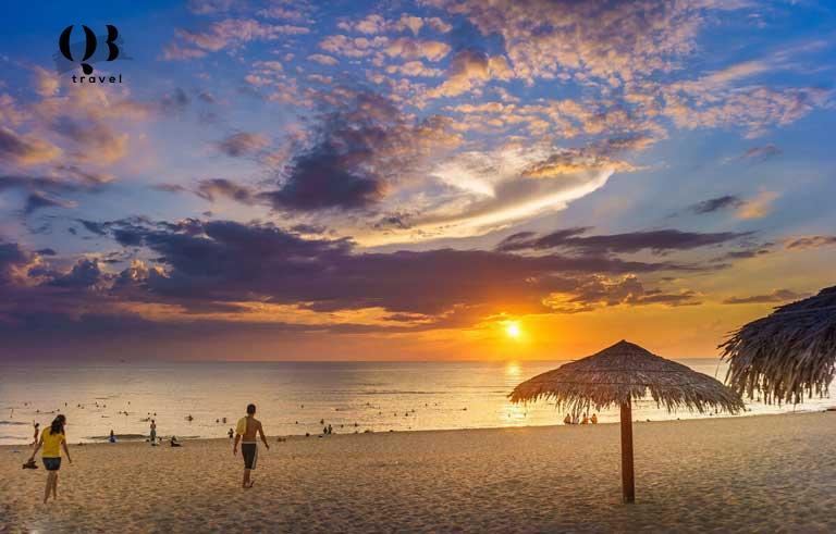 Du khách trải nghiệm ngắm bình minh trên biển Bảo Ninh - Bãi biển đẹp ở Quảng Bình