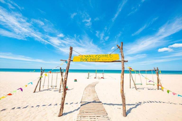 Bãi biển trong xanh mênh mông bên khu resort Quảng Bình nổi tiếng - Bảo Ninh Resort