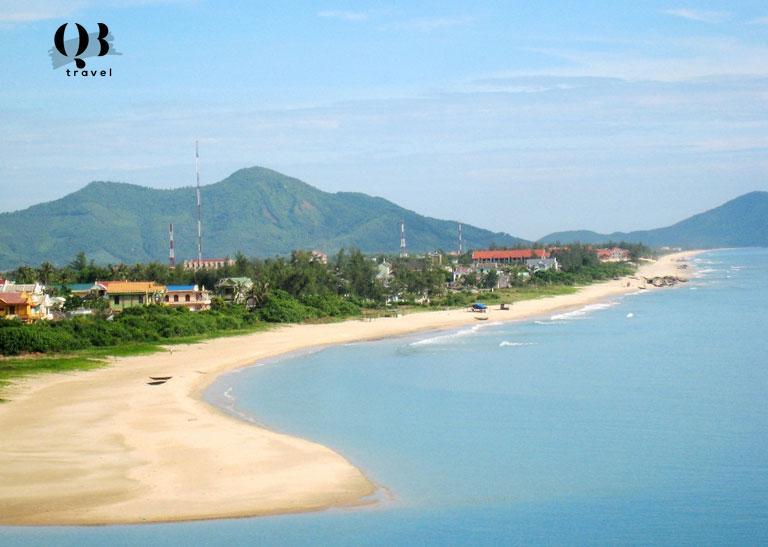 Vẻ đẹp hoang sơ của biển Nhật Lệ với bãi cát trắng trải dài