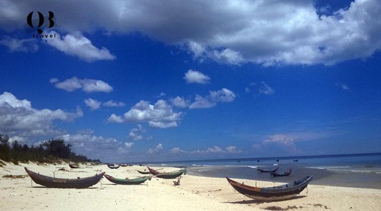Biển Hải Ninh - Bãi biển ở Quảng Bình sở hữu vẻ đẹp hoang sơ với bãi cát trắng tinh khôi trải dài và mặt biển xanh rì