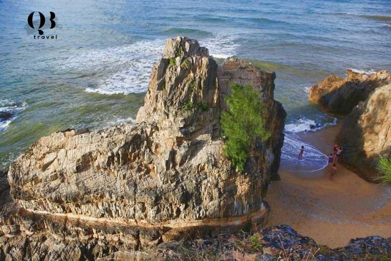 Du khách trải nghiệm nhiều hoạt động thú vị tại Bãi Đá Nhảy - bãi biển Quảng Bình độc đáo