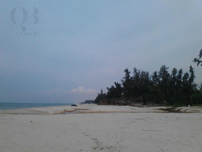 Cồn cát và rặng phi lao trải dài bên bờ biển Đồng Hới Quang Phú