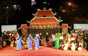 Các nghệ nhân biểu diễn Hò khoan Lệ Thủy trên sân khấu