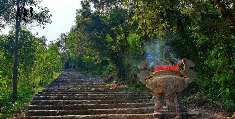 Những bậc đá lên chùa Kim Phong Quảng Bình