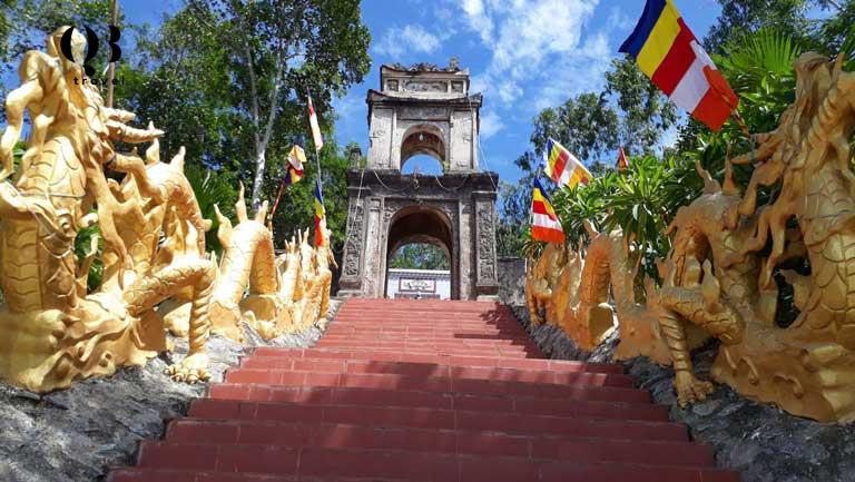 Chùa Ngọa Cương tọa lạc trên một ngọn núi cao ở thôn Ngọa Cương, xã Cảnh Hóa, huyện Quảng Trạch, tỉnh Quảng Bình