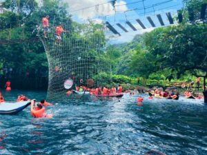 Du khách trải nghiệm nhiều hoạt động thú vị khi đến Suối Nước Moọc